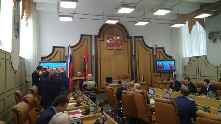 Депутаты горсовета наградили почетной грамотой 90-летнюю путешественницу бабу Лену