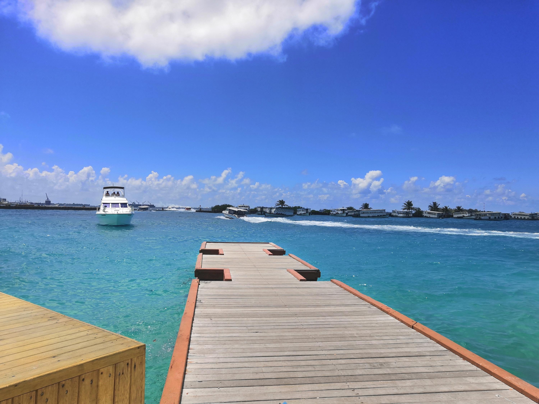 Первая остановка в пути— Мальдивы. Самая дешевая гостиница— 4000 рублей в сутки, баночка газировки —250 рублей. Сухой закон. Поездка на пароме— один доллар