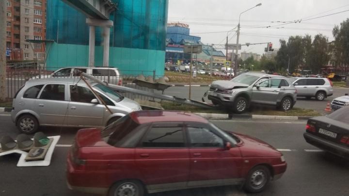 Неудачно перестроился: в сети появилось видео, как внедорожник сносит светофор