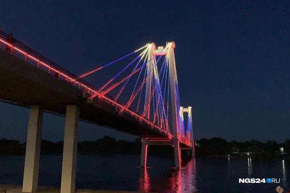 Ночью вантовый мост загорелся цветами российского флага