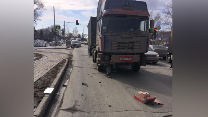 Авария с двумя грузовиками парализовала движение по Мочищенскому шоссе