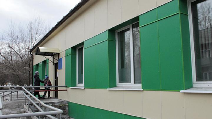 Комбинат «Волна» оказал помощь в ремонте фасада здания детской поликлиники в Красноярске