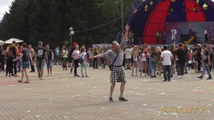 Зажигательный танец моряка в Центральном парке Красноярска стал хитом YouТube