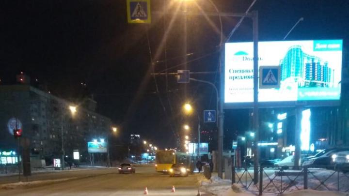 В Железнодорожном районе девушка на пешеходном переходе наехала на санки с ребёнком
