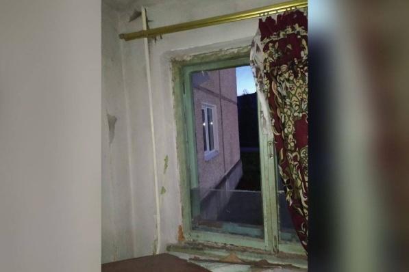 Окно, из которого пьяный молодой человек выбросил малыша