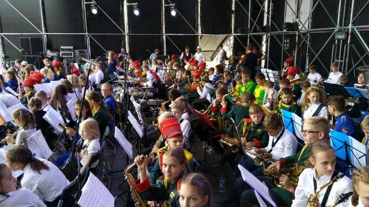 Лидер знаменитого танцующего оркестра«Уралбэнд» выступил в День города с 200 юными музыкантами
