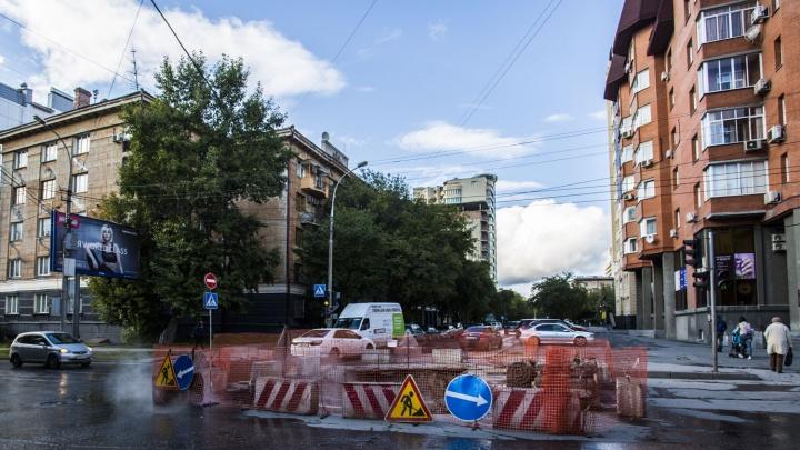 Перекрёсток в тихом центре раскопали из-за ремонта теплотрассы
