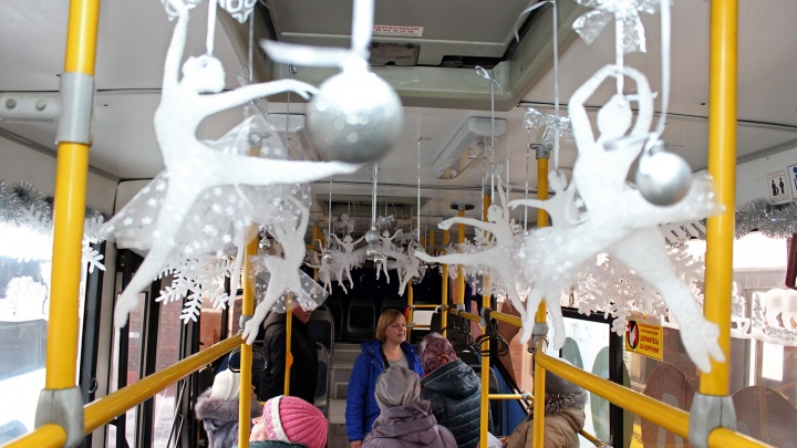 В Омске кондукторы украсили автобус фигурками балерин из стройматериалов