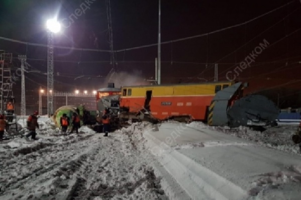 Две цистерны грузового поезда и снегоуборщик сошли с рельсов