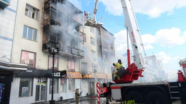 Жителей дома на Вайнера, где горели квартиры на трех этажах, временно поселят в общежитии УрФУ