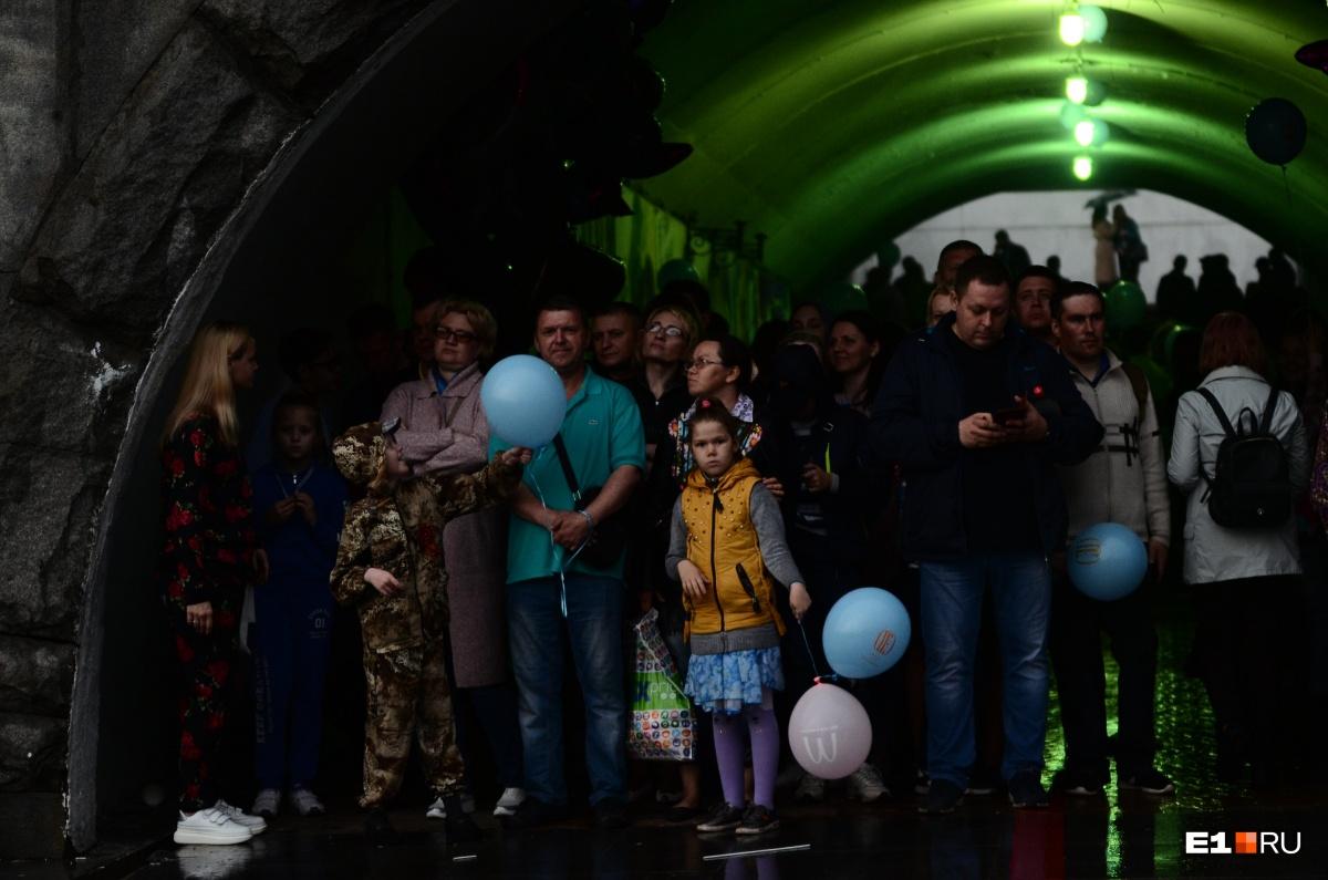 А когда начался праздничный концерт, многие не захотели выходить из перехода на Плотинке. А что: и музыку слышно, и сухо
