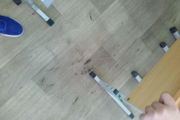 Батарейка упала на линолеум и прожгла его