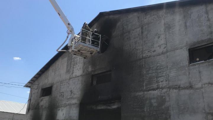 В Азове загорелся цех по производству матрасов