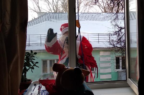 Дед Мороз влез к ребенку в окно