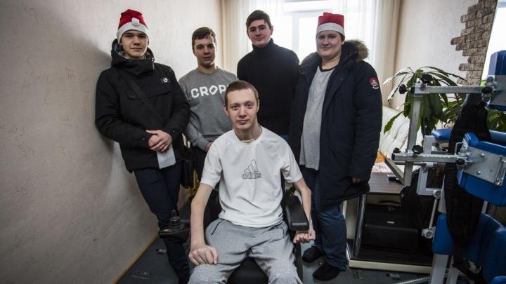 Фоторепортаж: добрые новосибирцы раздали подарки сидящим взаперти