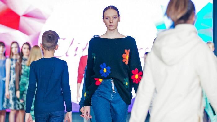 13-летняя Екатерина Жаркова пошла в модельную школу, чтобы доказать: она может ходить как все