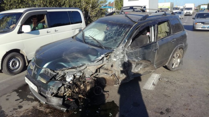 Пробка около аэропорта Толмачёво: на омской трассе столкнулись грузовик и внедорожник