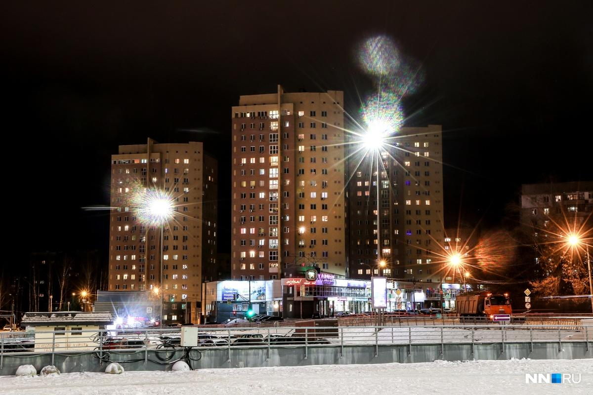 Зимой только и остается, что греться светом уличных фонарей