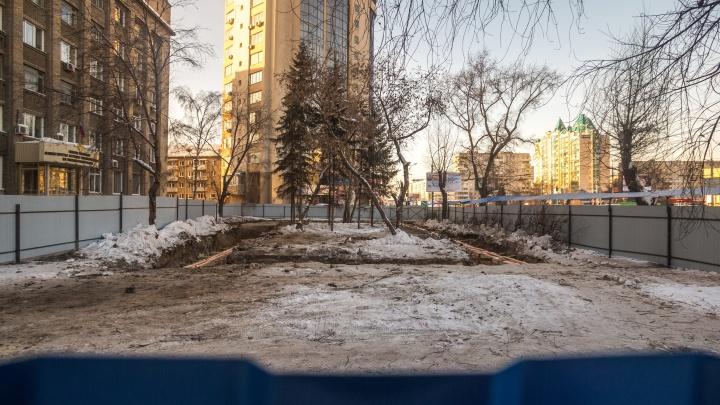 Павильон вместо сквера: напротив цирка начали строить одноэтажное здание