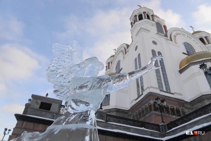 Создать великолепные скульптуры изо льда не помешало и внезапное потепление на улице