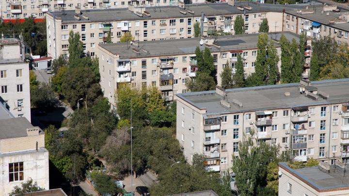 Волгоградские спасатели вскрывали квартиру с не подававшими признаки жизни отцом и сыном