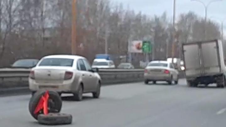 На Объездной машины встали в пробку из-за «газели», у которой посреди дороги отвалились колеса