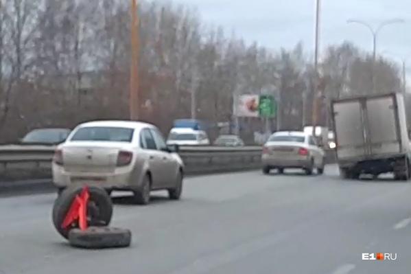 Колеса долгое время лежали на дороге