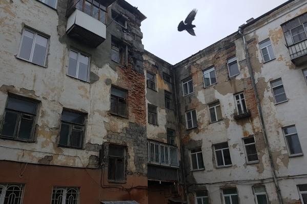 Стена дома разрушается несколько лет, а косметический ремонт управляющей компании уже не помогает