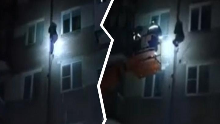 Санта, ты? В Ярославле в Новый год мужчина залез на четвертый этаж по водосточной трубе