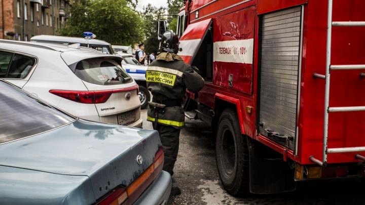 Пожарные вывели два десятка человек из горящей многоэтажки на Лескова