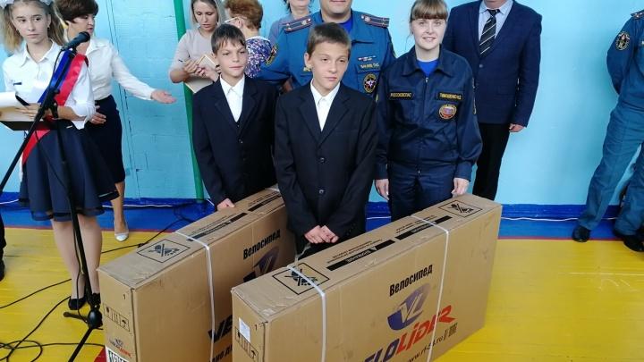Школьникам из омского села подарили велосипеды и ноутбук за спасение детей из огня