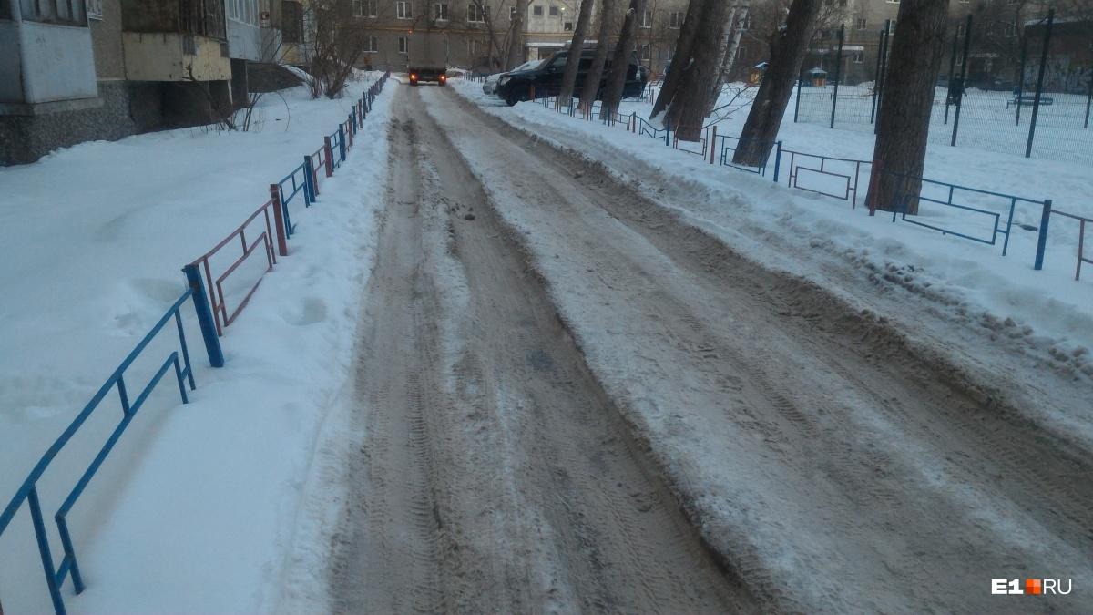 Коммунальщики, убирайтесь! Адреса заваленных снегом дворов и дорог Екатеринбурга