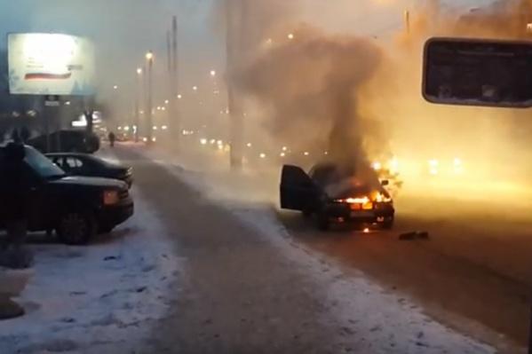 Судя по положению машины, водитель успел прижаться к обочине и покинуть автомобиль.