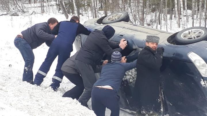 Спешила на экзамен: на Серовском тракте Nissan студентки вылетел с трассы и перевернулся