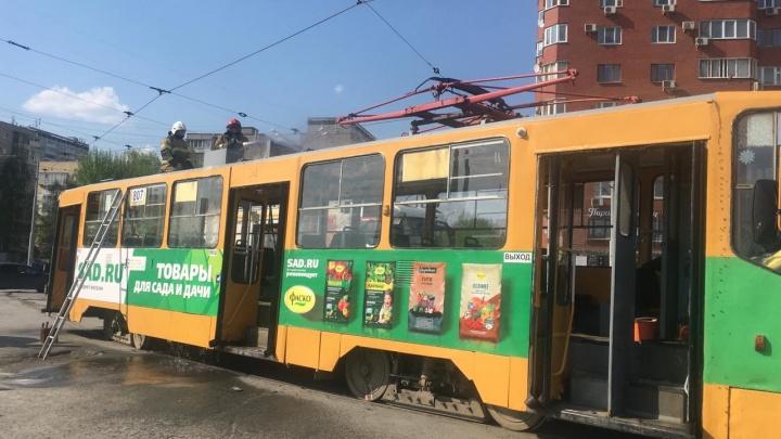 Пожарные съехались к трамваю у ЦПКиО, в котором случилось короткое замыкание