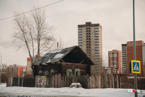 Одинокий одноэтажный домик стоит на пустыре по улице Таллинской среди новых высоток