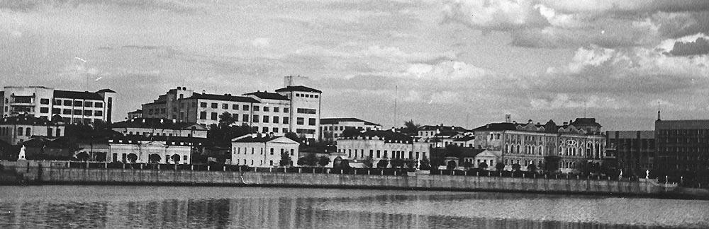 Еще одно архивное фото, на котором видно, что раньше на набережной были в основном усадьбы