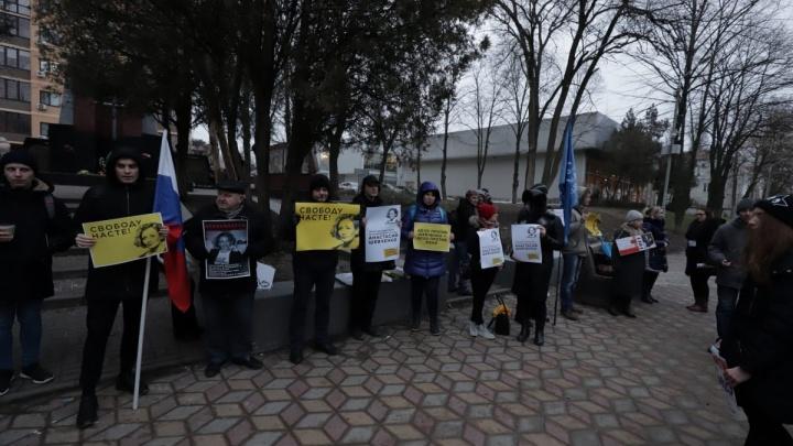 В Ростове прошел пикет в поддержку арестованной Анастасии Шевченко