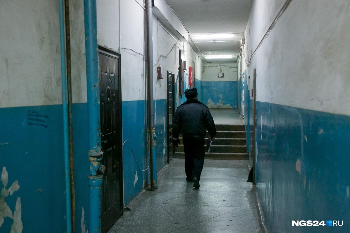 Вечером коридоры наполняются пьяной молодежью