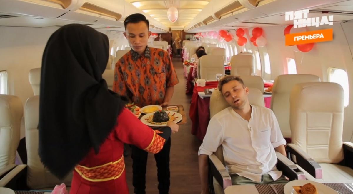 Екатеринбуржец съел уголь и станцевал в огромной ростовой кукле в выпуске «Орла и решки» из Джакарты