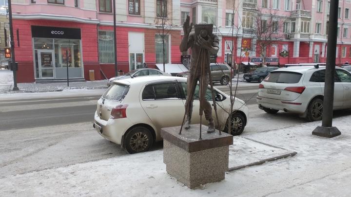 Скульптуру фотографа вернули на Мира после реставрации