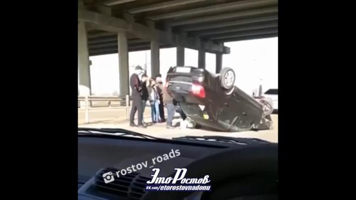 В Ростове на Западном шоссе перевернулся автомобиль