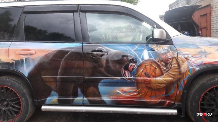 «Я не какой-нибудь карасик»: зачем ярославцы рисуют пираний и шаманов на своих автомобилях