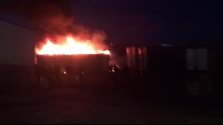 Огонь выше крыши: в районе 4-й овощебазы запылал большой склад