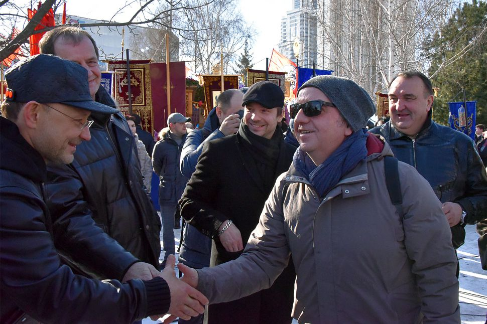 Владимир Шахрин на молебне жмёт рукуглаве РМК Игорю Алтушкину, одному из инвесторов в строительство храма Святой Екатерины