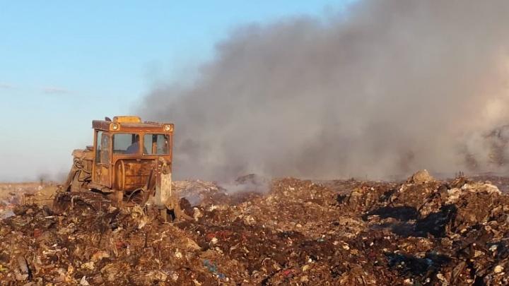 В Омске второй день горит свалка в Кировском округе (обновлено)