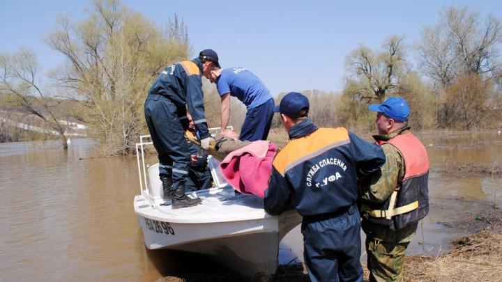 Уфимские спасатели, переплыв реку, оказали помощь 62-летнему пенсионеру