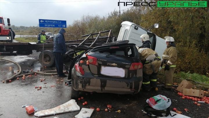 В Прикамье столкнулись две легковушки и грузовик с овощами — три человека пострадали