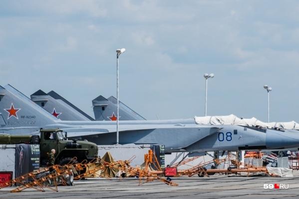 Истребители военной базы «Сокол» и гражданские суда используют одну взлетно-посадочную полосу в Перми.&nbsp;Есть правило: на полосе может быть только один самолет, а в приоритете всегда вылет военного судна, в данном случае МиГ-31<br><br>