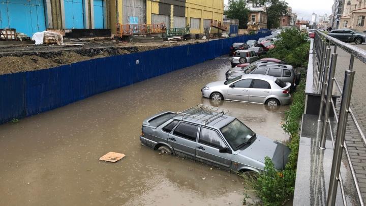 Дождь прошёл, лужи остались: улицы в Екатеринбурге вновь затопило